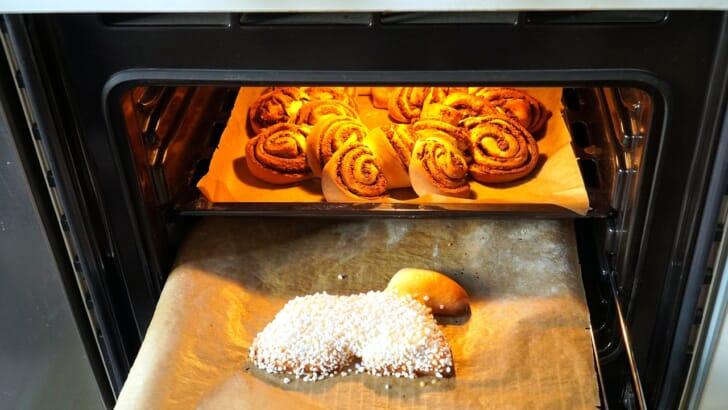 オーブンでパンを焼く様子
