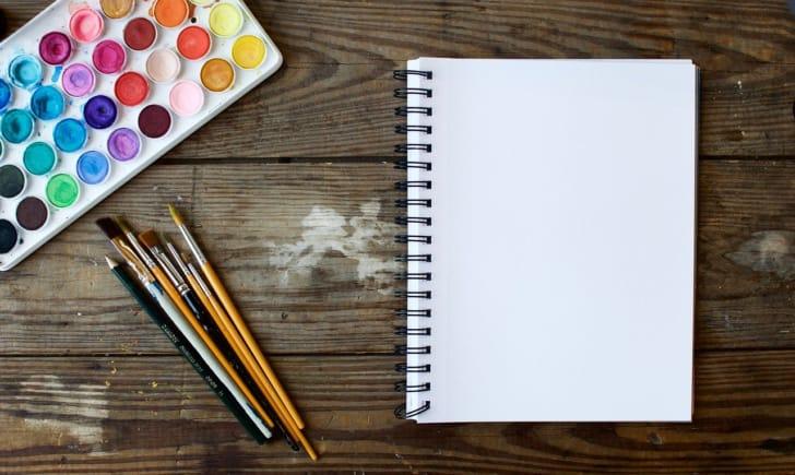 スケッチブックと絵の具セットの写真