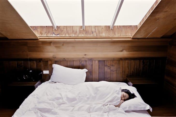 横向きで寝ている女性の写真