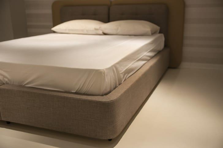 高反発枕を並べたベッドの写真