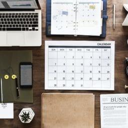 システム手帳やカレンダーがきれいに並べられている写真
