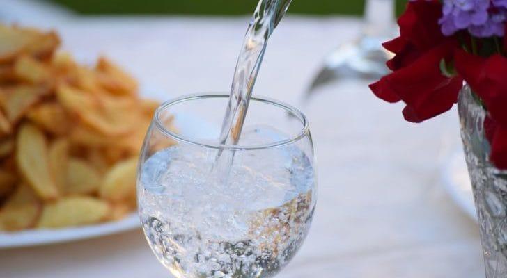 グラスに水が注がれている画像