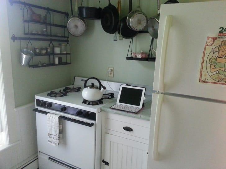 若草色の壁がかわいいキッチンの写真
