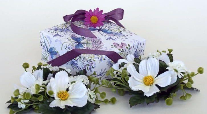 花とお祝いの品の写真