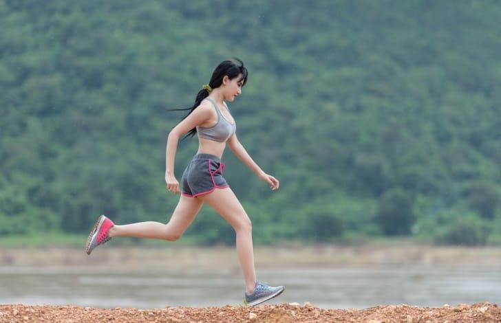 走っている女性の写真