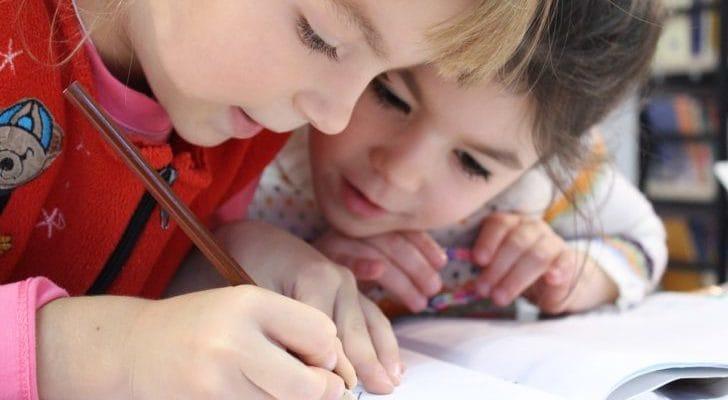 女の子二人が勉強している画像