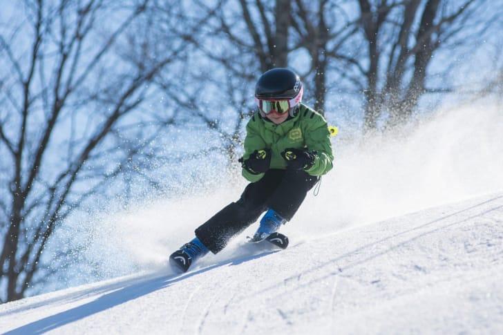 スキーウェアを着た子供の写真