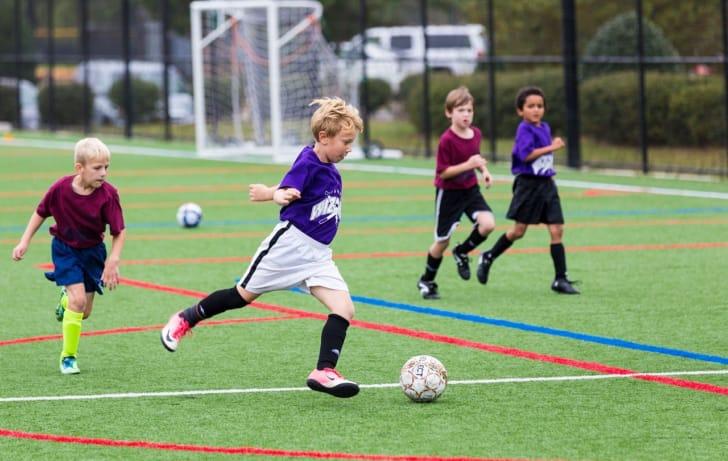 サッカーをしている少年たちの写真