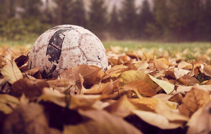 寒い季節のサッカーシーンの写真
