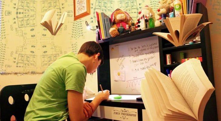 勉強している子供の画像
