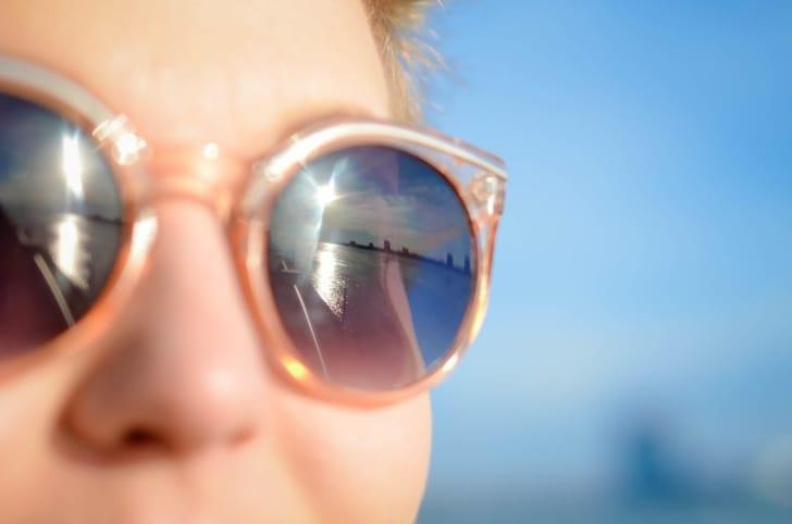 偏光サングラスをかけた女性の写真