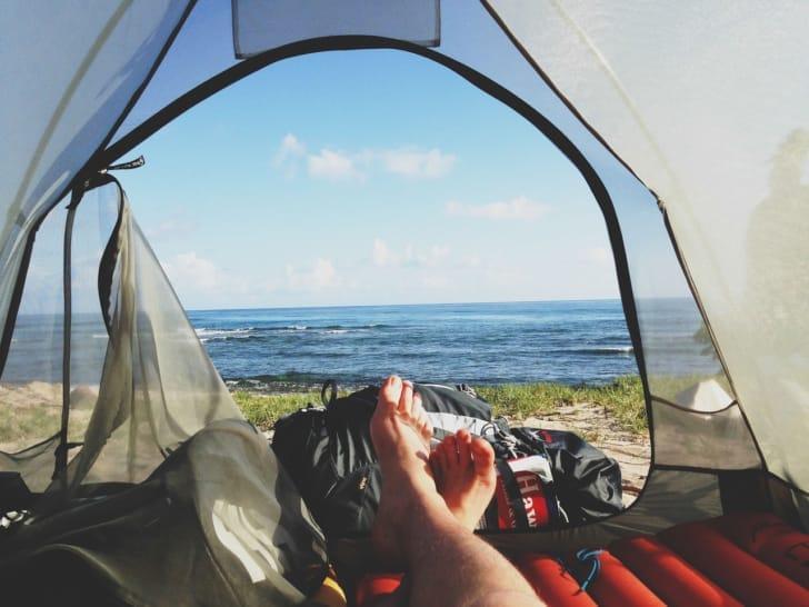 テントの中でくつろいでいる写真