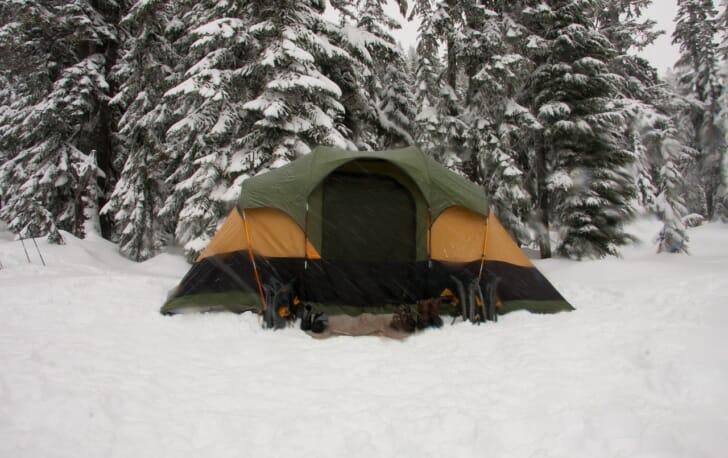 雪山でキャンプする冬用テントの写真