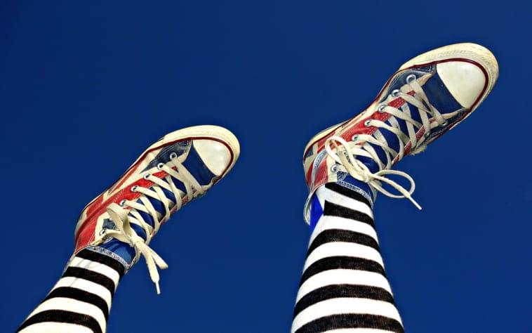 しましまタイツを履いた足の写真