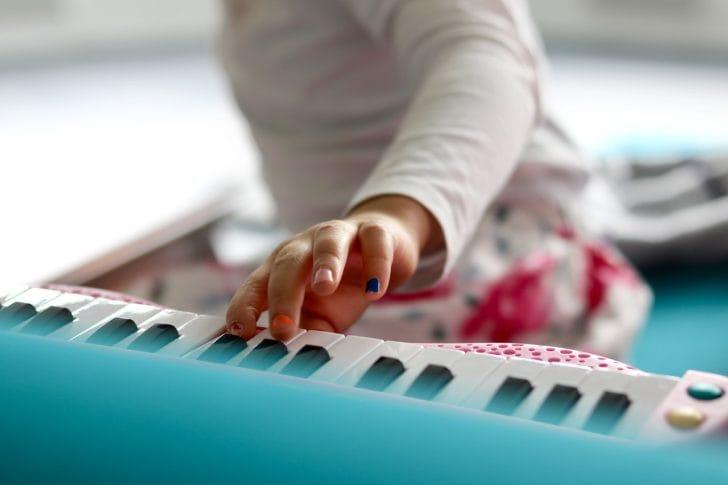 おもちゃのピアノを弾く子供の画像