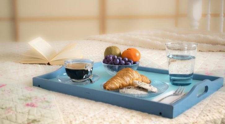 朝食とトレーの画像
