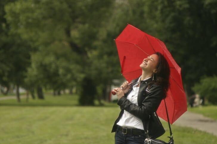 丈夫な折りたたみ傘をさしている女性の写真