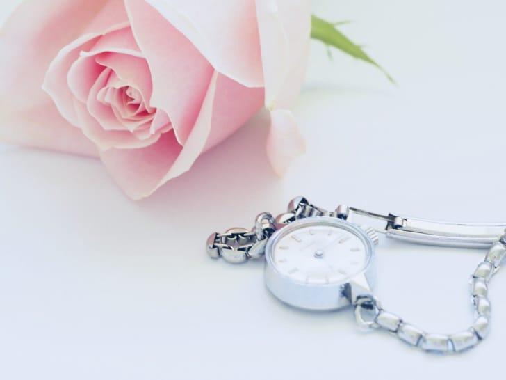 シルバーの時計の画像