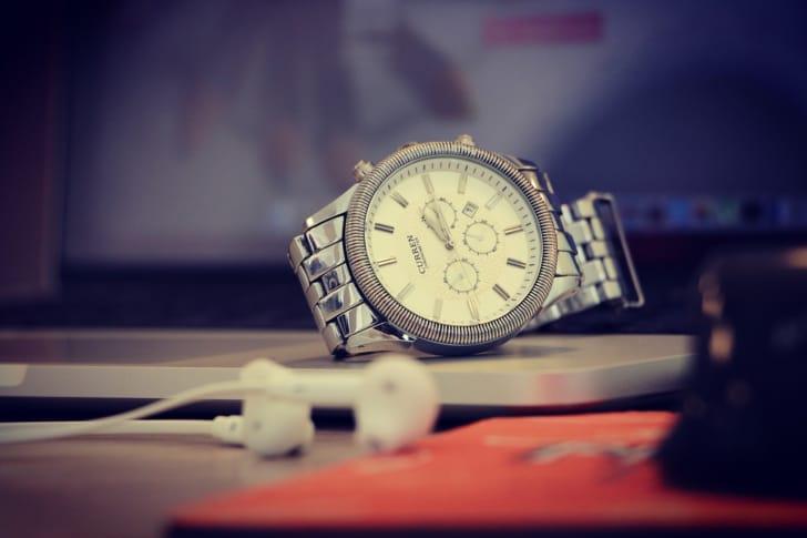 PCの上に置かれた腕時計の写真
