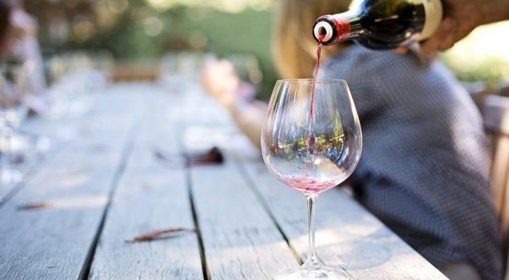 ワイングラスにワインを注ぐ写真