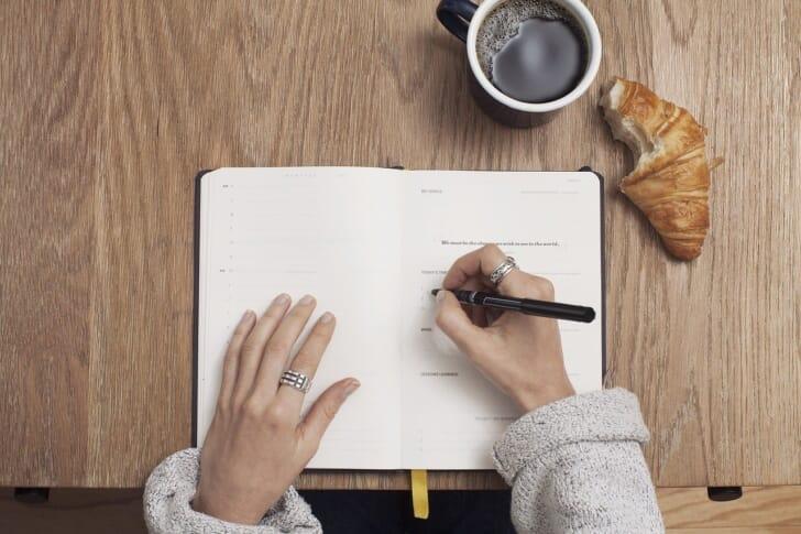真上からノートを書く手元を写した写真